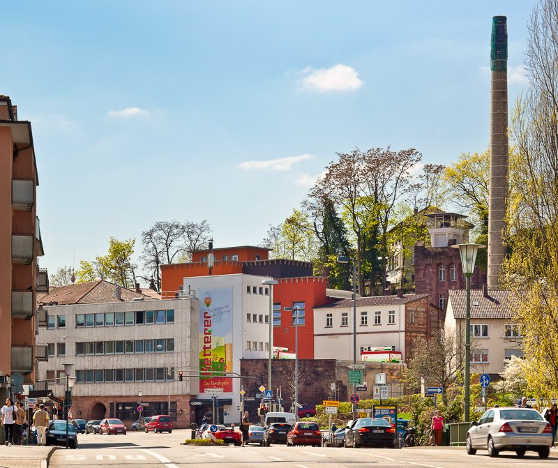"""Mehrere Gebäude, eines mit """"Ketterer"""" Aufschrift. Ein Schornstein ist ebenfalls vorhanden."""