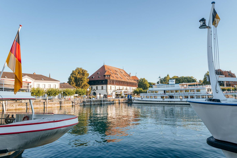 Blick vom Konstanzer Hafen auf das Konzilgebäude