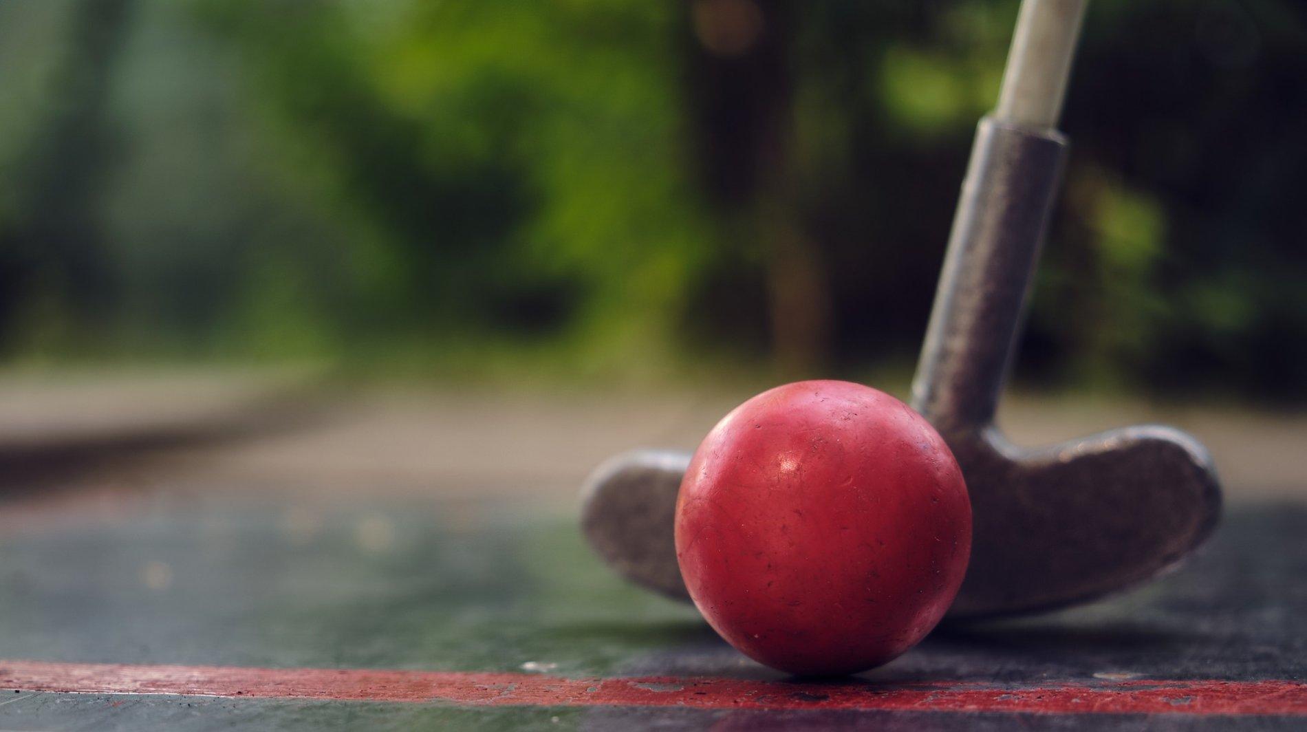 Minigolfschläger mit rotem Ball