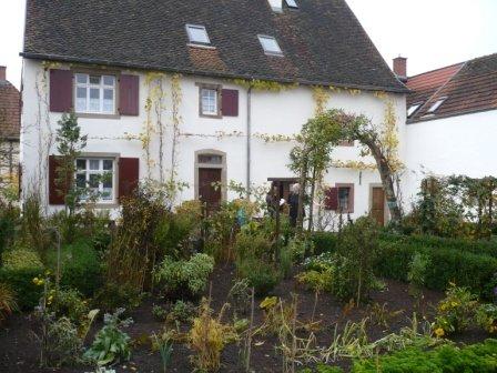 Großes Bauernhaus un grüner Lage