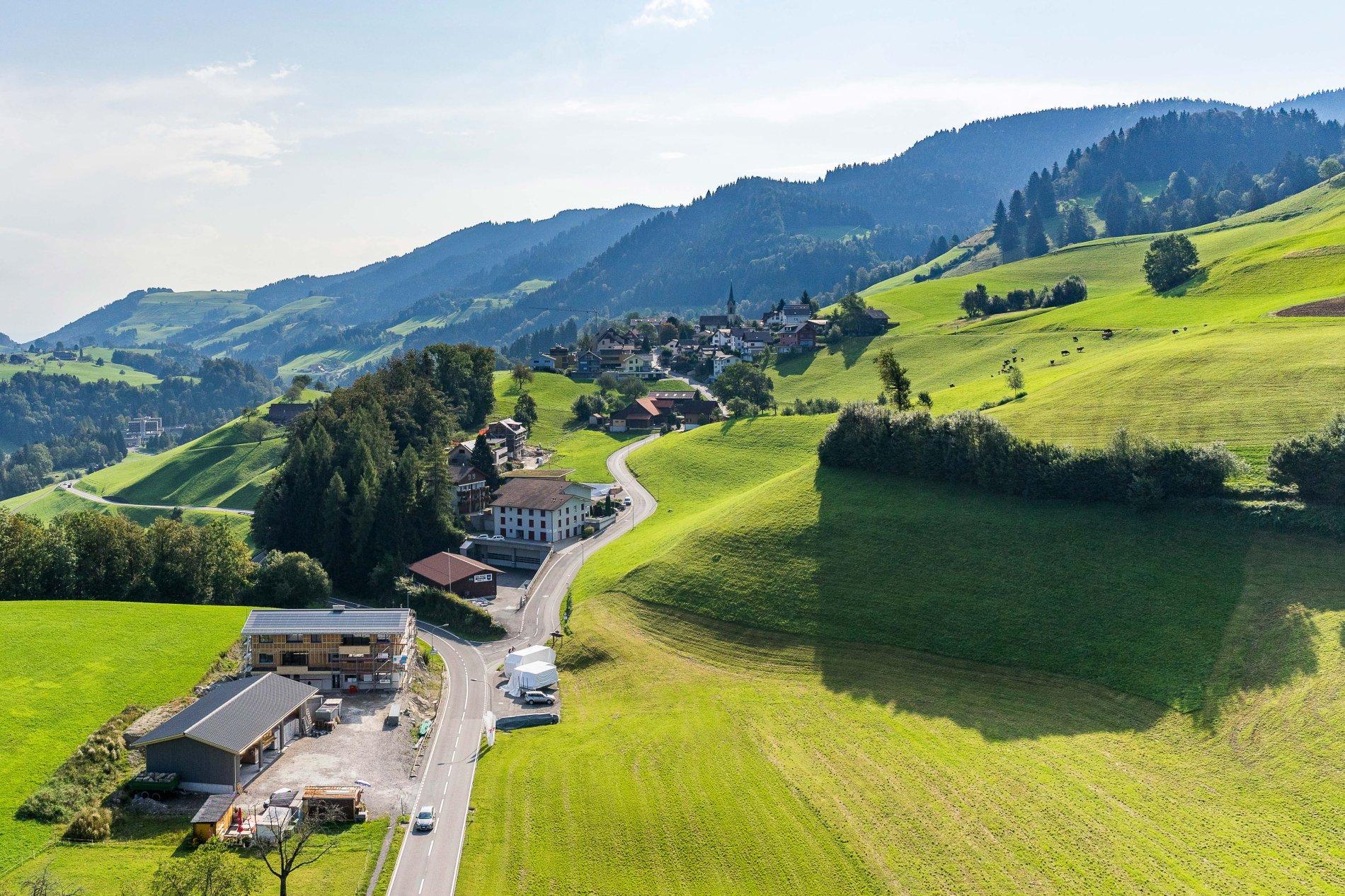 Weg durch die Felder und Hügellandschaften von Menzingen