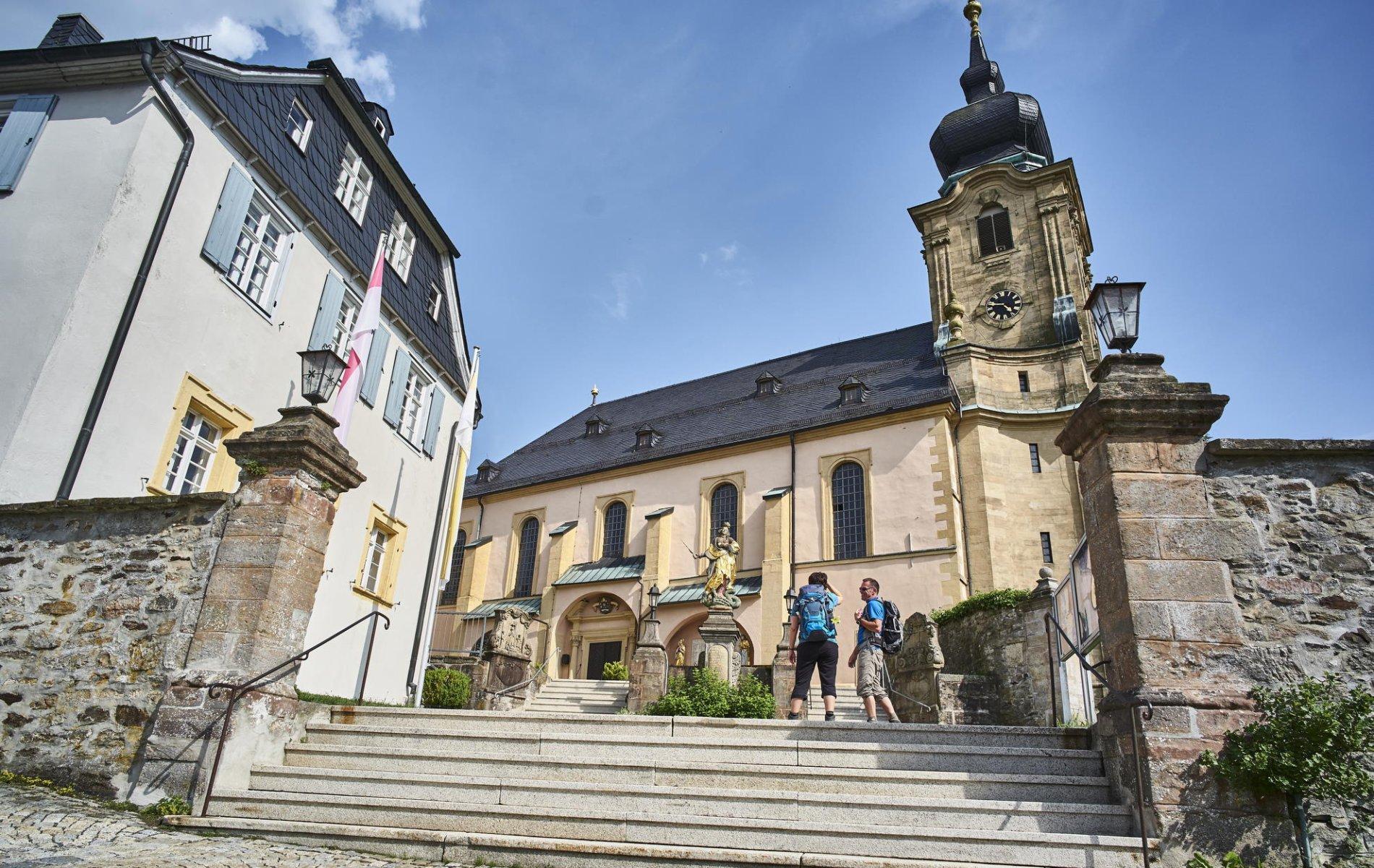 Vor der Basilika in Marienweiher