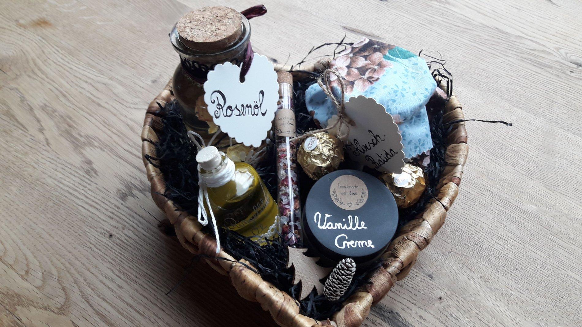 Geschenkkorb mit selbst hergestellten Produkten wie Vanille Creme oder Rosenöl