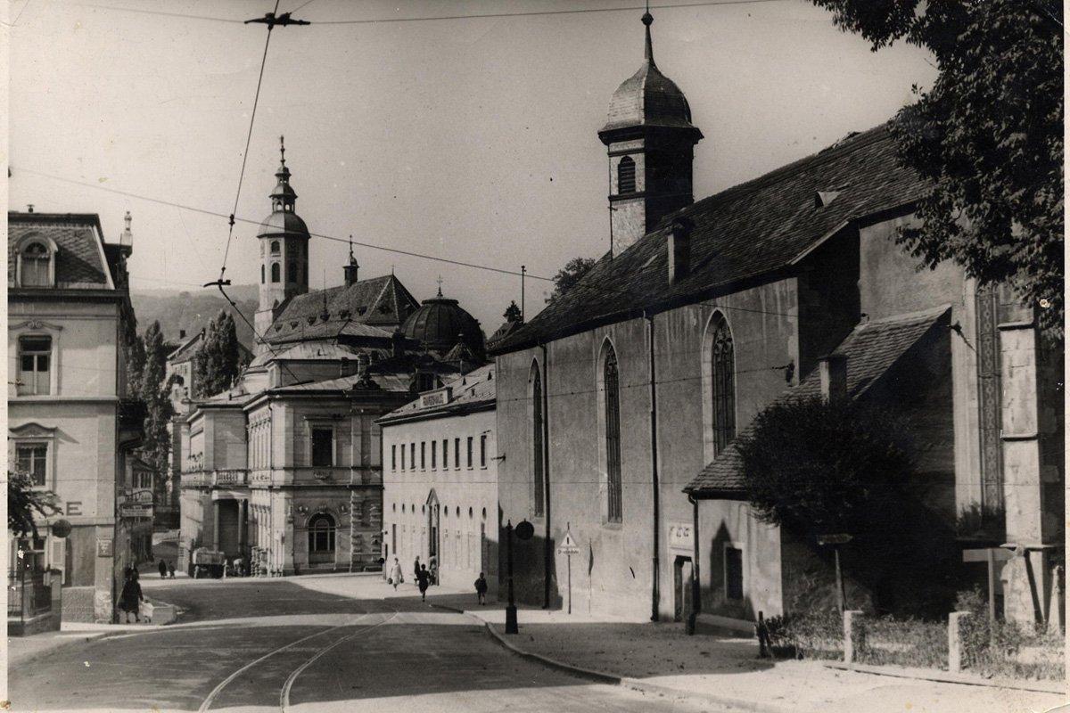 Die Gernsbacherstraße mit Spitalkirche