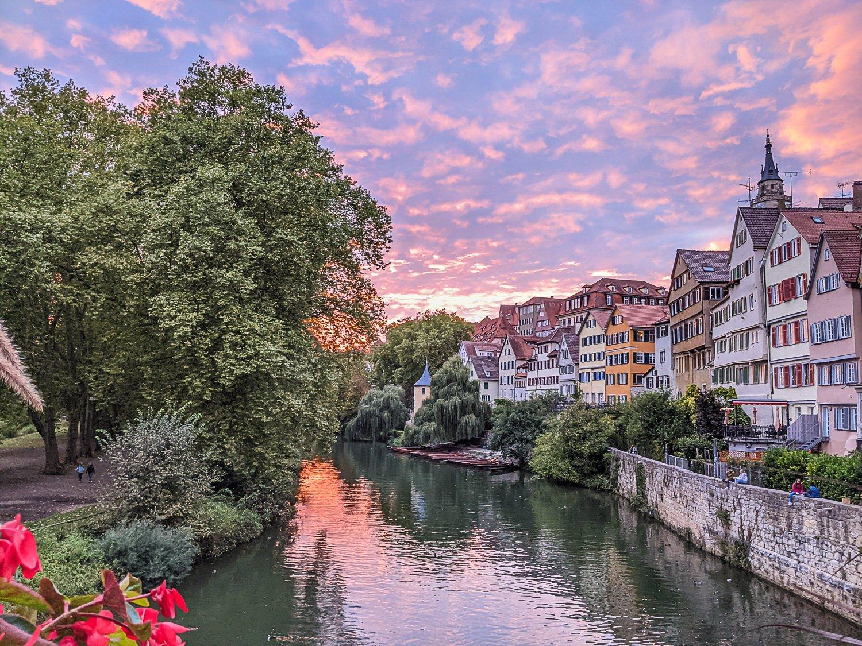 Die Tübinger Neckarfront: Schokoladenseite der Stadt mit Stocherkähne auf dem Neckar