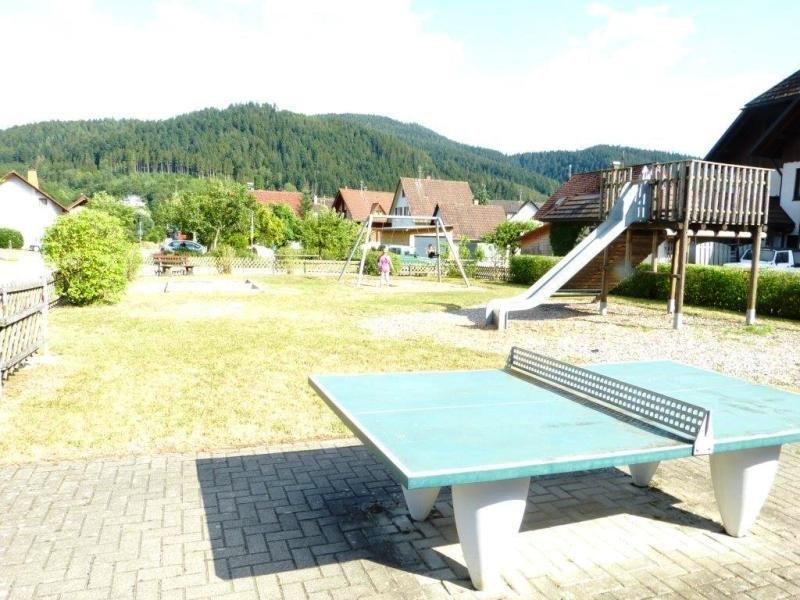 Spielplatz Tischtennisplatte und Rutsche