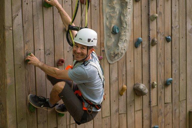Mann an einer Kletterwand