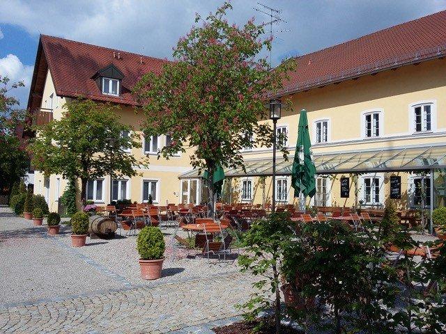 Außenansicht mit Biergarten des alten Wirt Langenbach