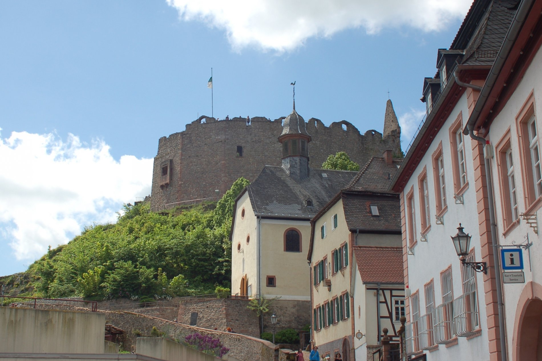 Am Fuß der Burg Lindenfels ist der Kur- und Touristikservice zu finden.
