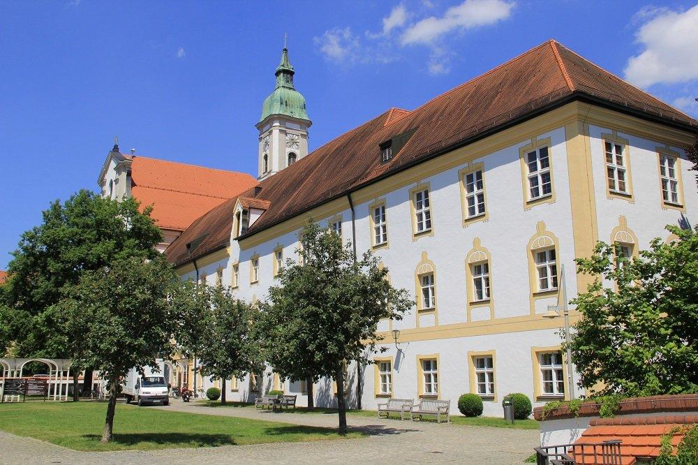 Außenansicht vom Kloster Neustift mit der Pfarrkirche Neustift im Hintergrund