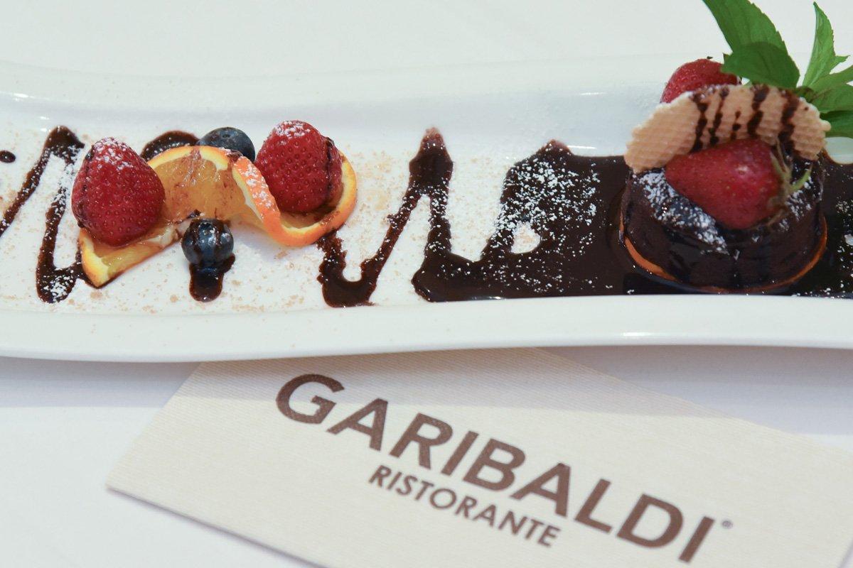 Dessert-Variation mit frischen Früchten und Schokolade