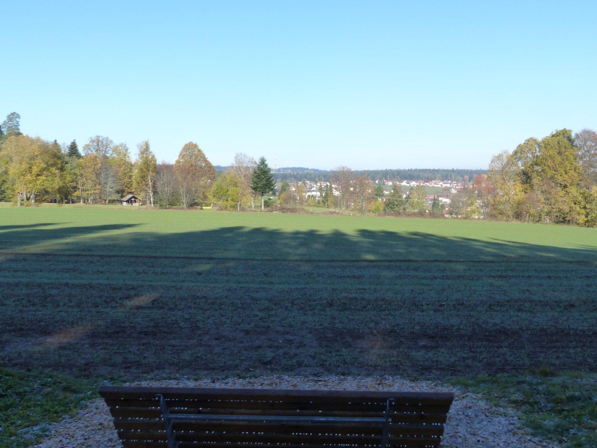 Himmelsliege am Weißtannenpfad Schömberg, steht vor einem Feld mit Ausblick zur Schillereiche, Heilklima