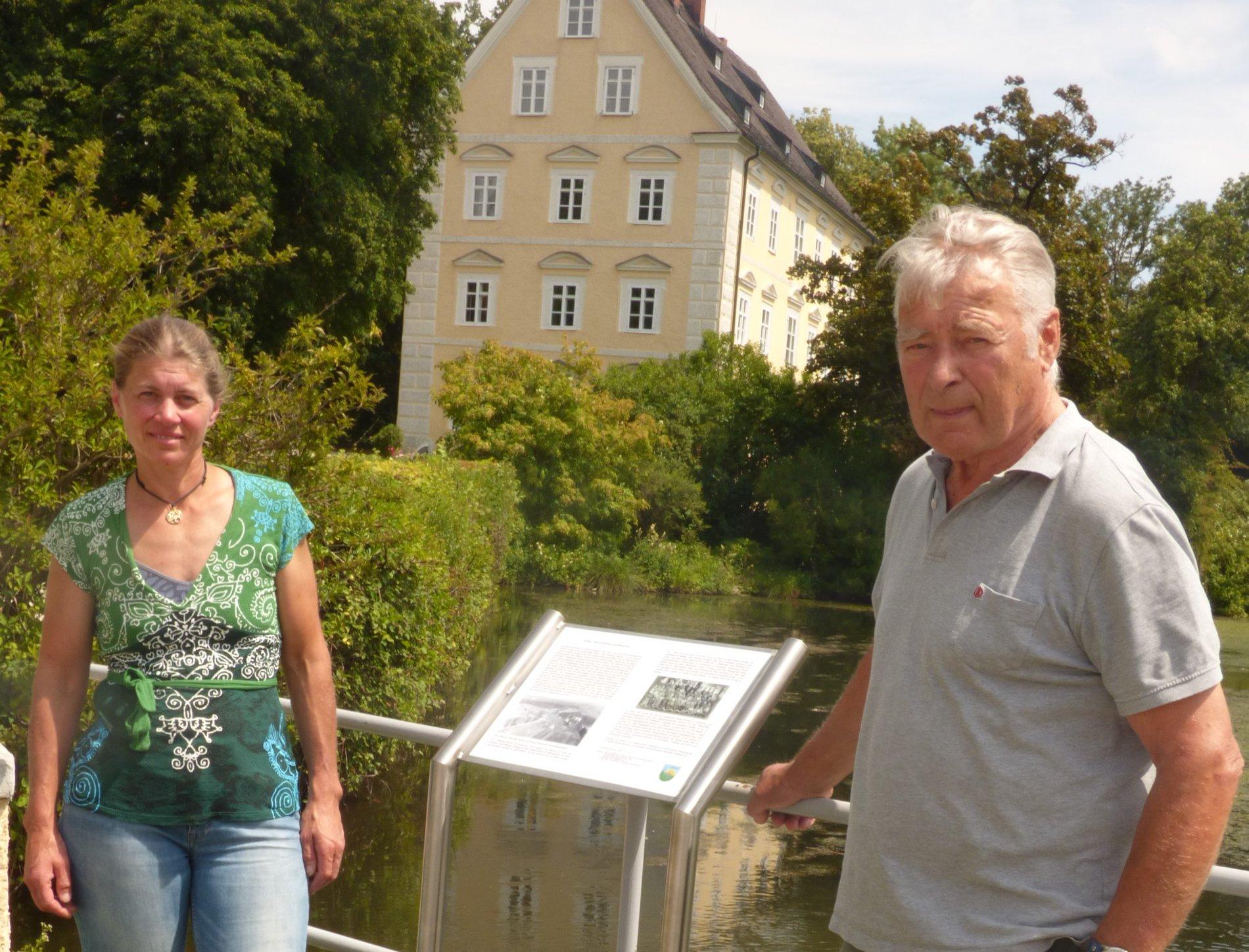 Informationstafel vor dem Schloss Erching