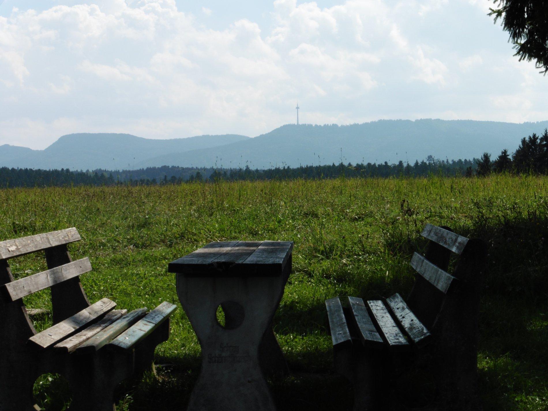 Sitzbänke mit Tisch mit Sicht auf den Albtrauf