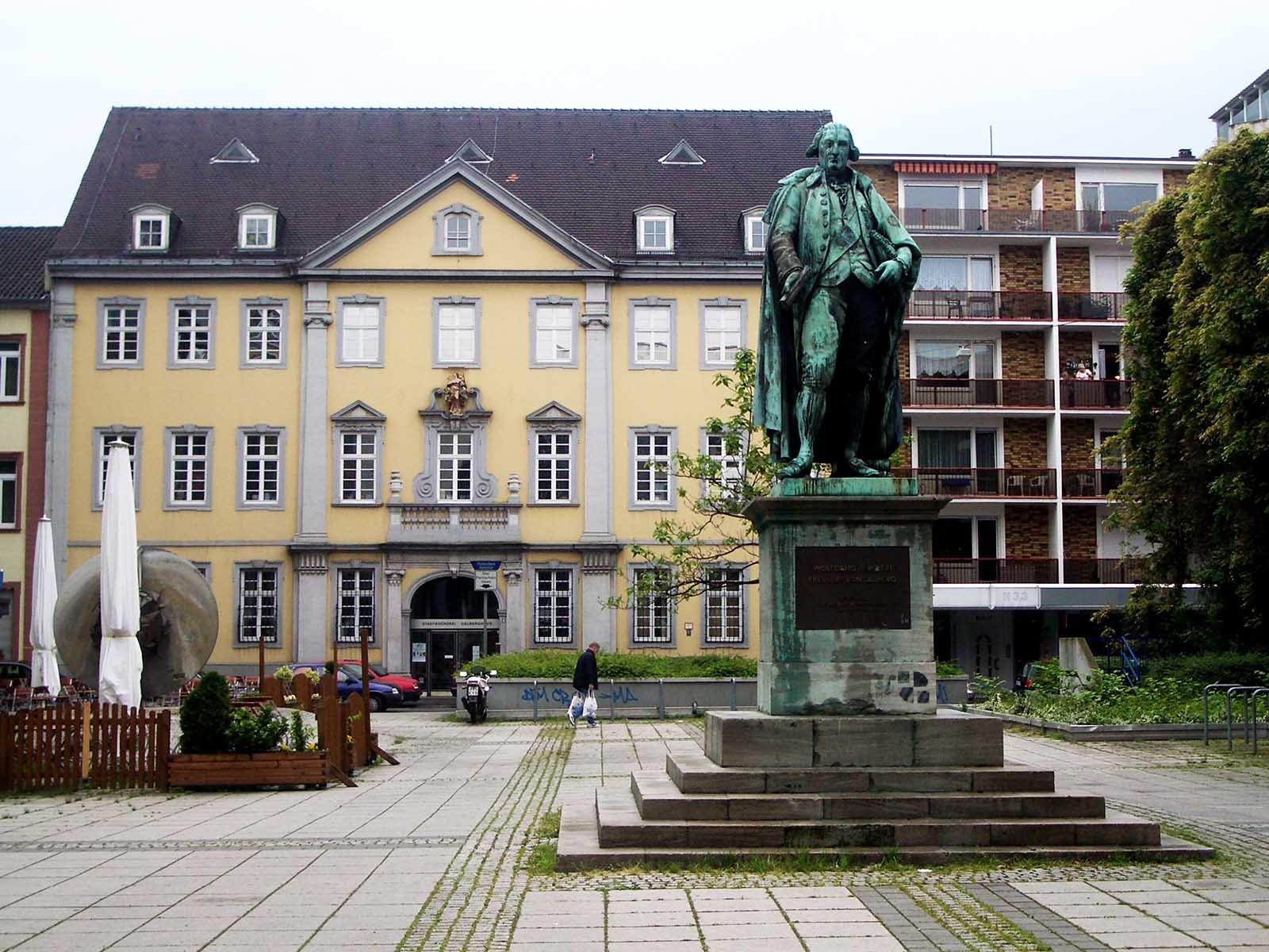 Mannheim, Dalberg-Denkmal mit Dalberghaus