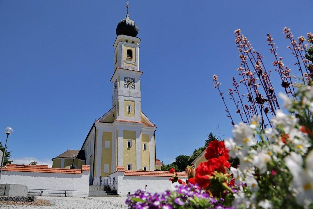 Kirchturm der Pfarrkirche St. Jakobus der Ältere in Hörgertshausen