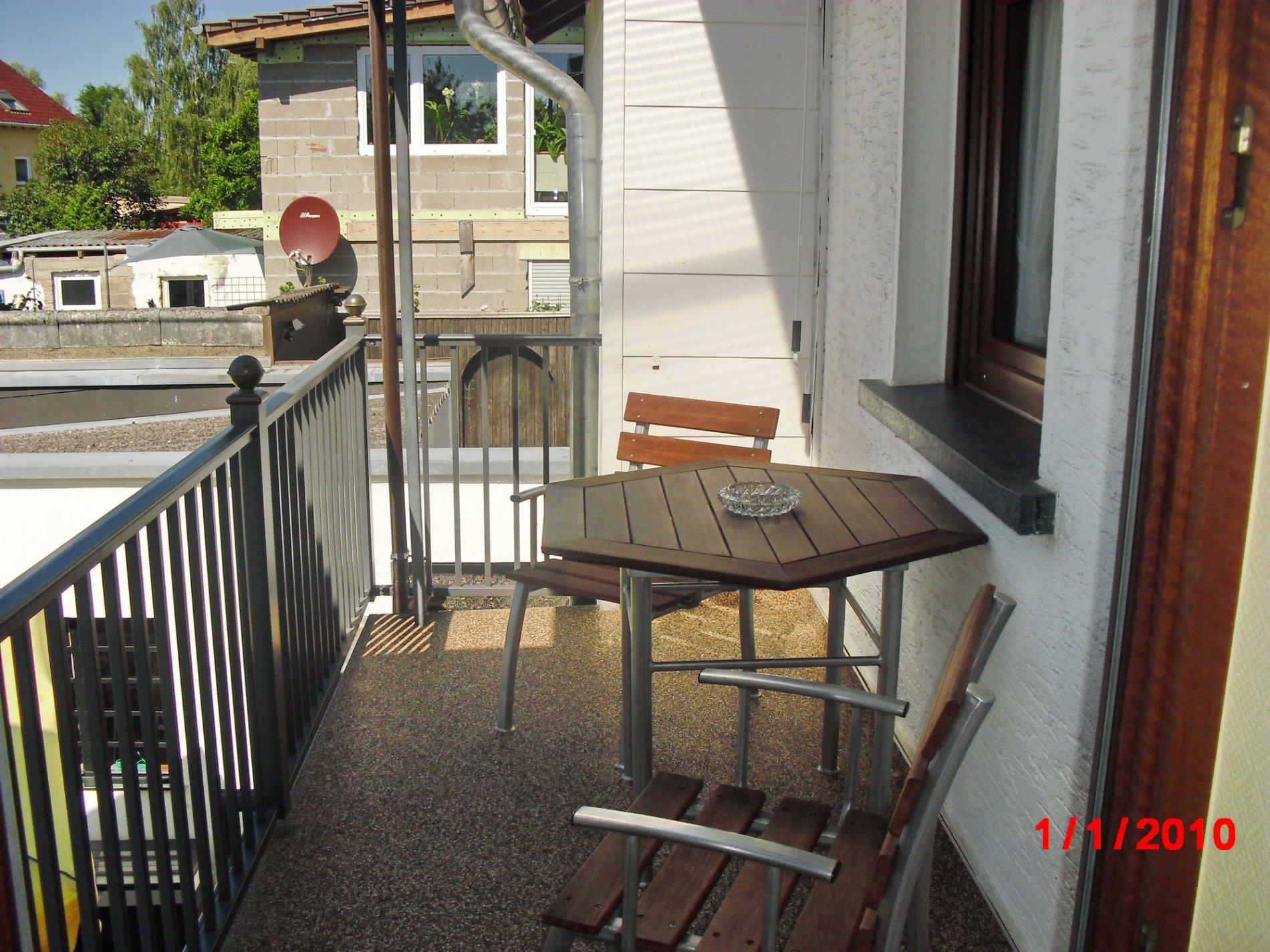 Frontansicht Haus mit Balkon