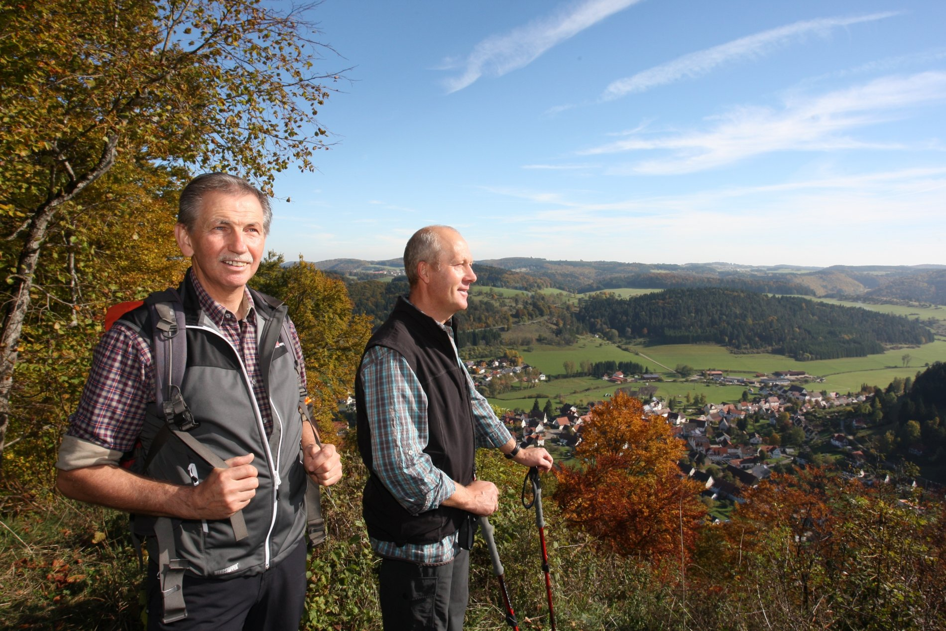 Wanderer am Aussichtspunkt Hohler Fels