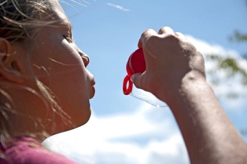 Spielendes Mädchen mit Seifenblasen