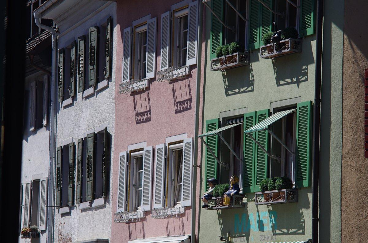Bunte Fassaden der Staufener Innenstadt aneinandergeschmiegt.