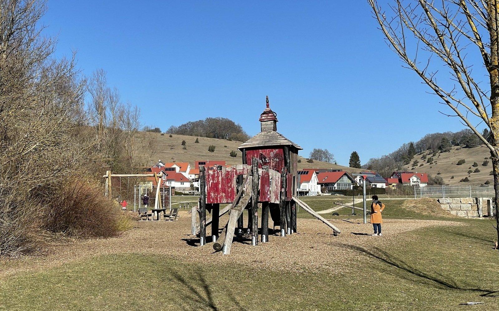 Ein Kinderspielplatz mit einer roten Kletterburg