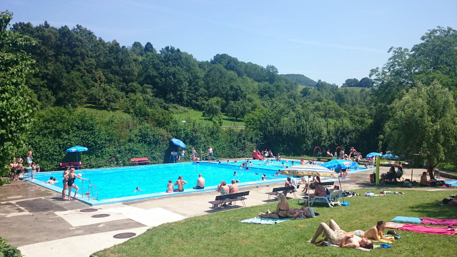Liegewiese und Becken im Freibad Jungingen