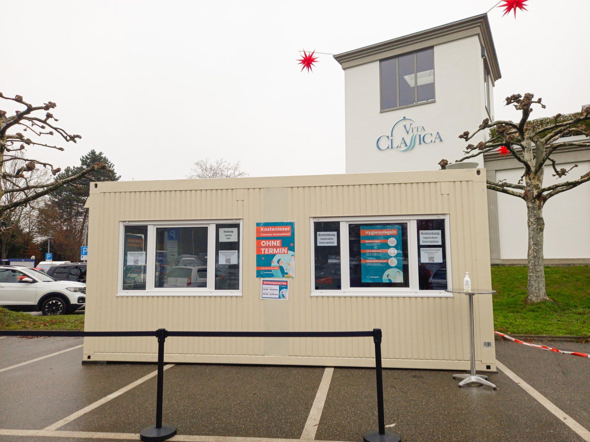 Mobile Teststation auf dem Parkplatz der Vita Classica-Therme