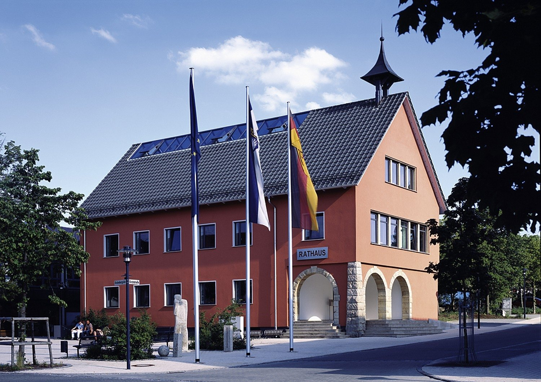 Terracottafarbenes Rathaus mit Arkaden in Bitz