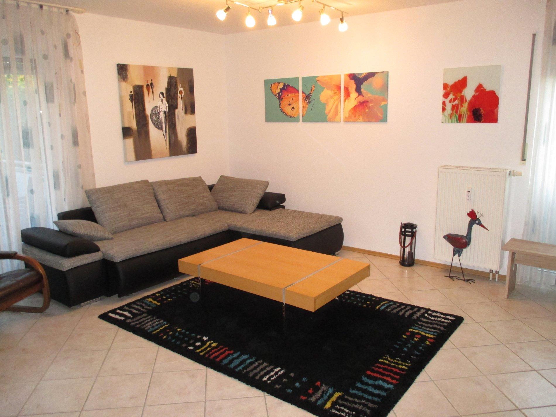 Großes Wohnzimmer mit grauer Couch