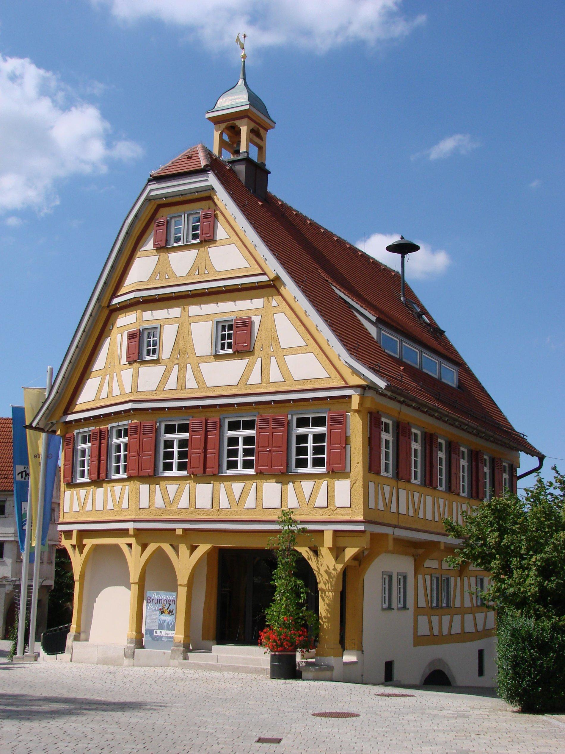 Blick auf die Nikolauskirche und das alte Rathaus in Beuren