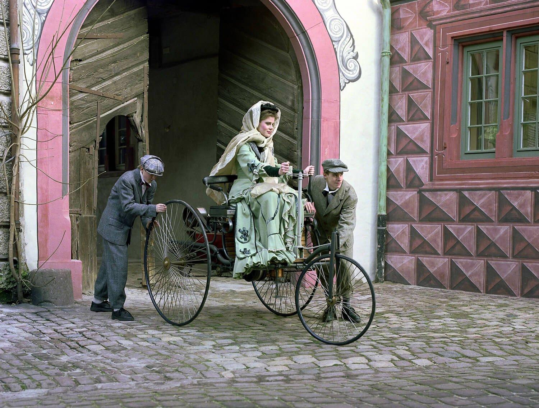 Bertha Benz mit ihren Söhnen Eugen und Richard während der Fernfahrt von Mannheim nach Pforzheim mit dem Benz-Patent-Motorwagen im Jahre 1888. Nachgestellte Szene anlässlich des 100. Jubiläums.