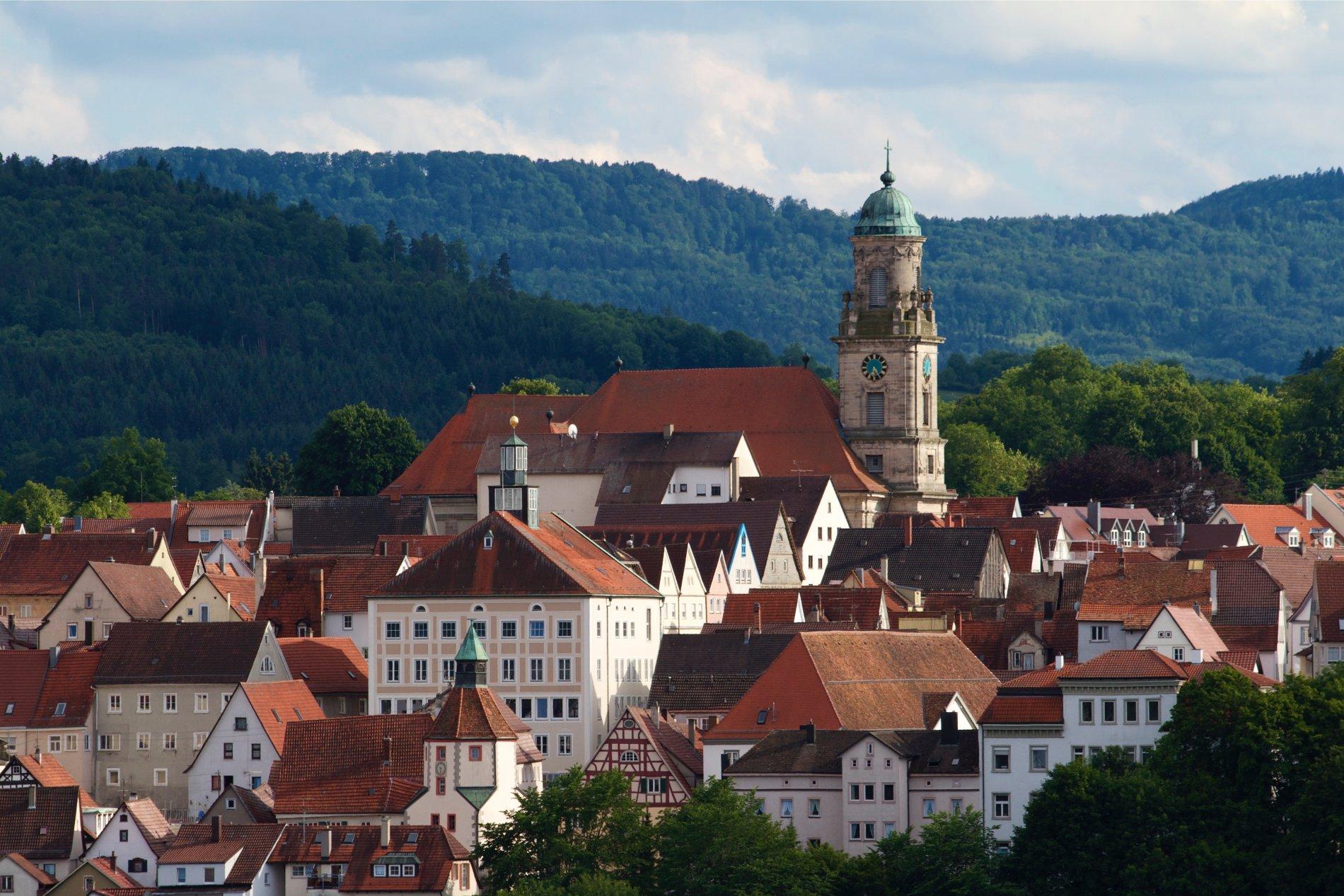 Die Hechinger Kernstadt mit dem Albtrauf im Hintergrund
