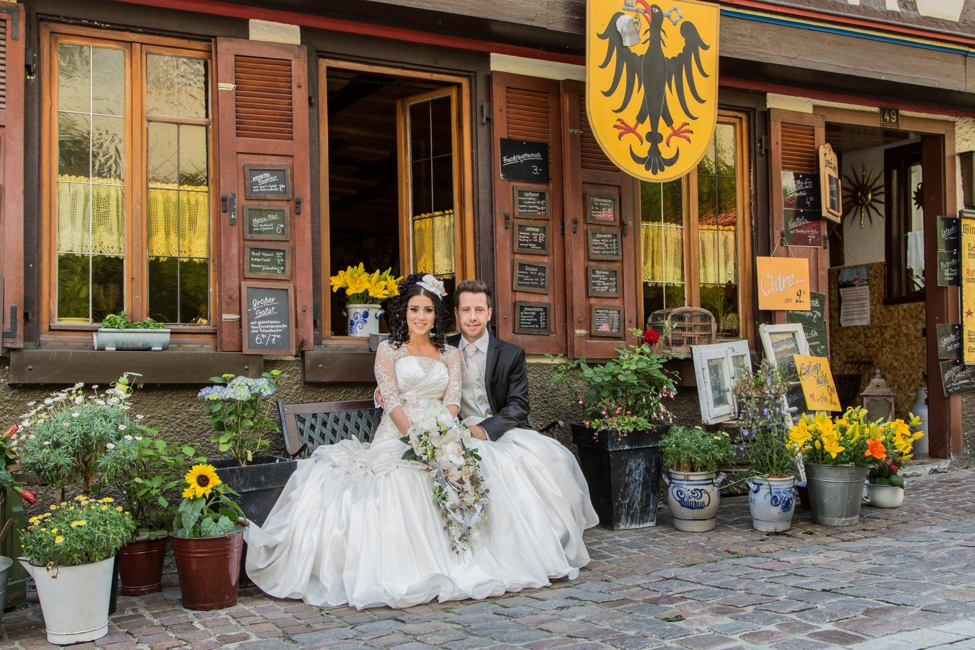 Hochzeitspaar vor Gasthaus Adler Bad Wimpfen