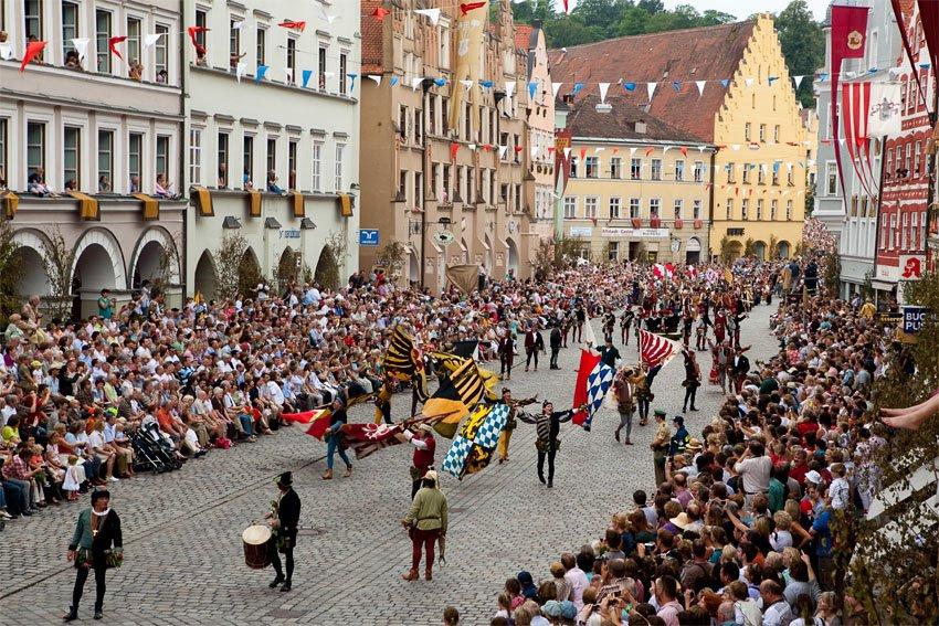 Der Hochzeitszug der Landshuter Hochzeit durch die Stadt.
