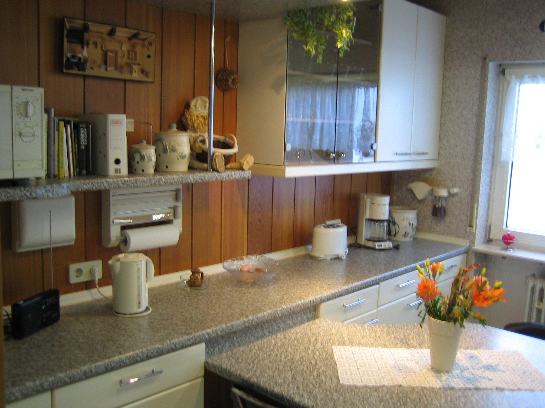 Küche mit Fenster und Essbereich