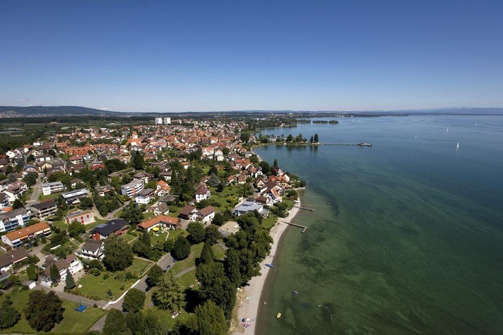 Luftbild vom Naturstrand am Freibadebereich Willen in Immenstaad