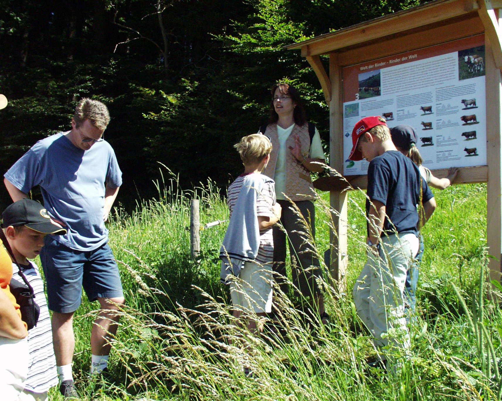 Familie auf dem Rinderlehrpfad