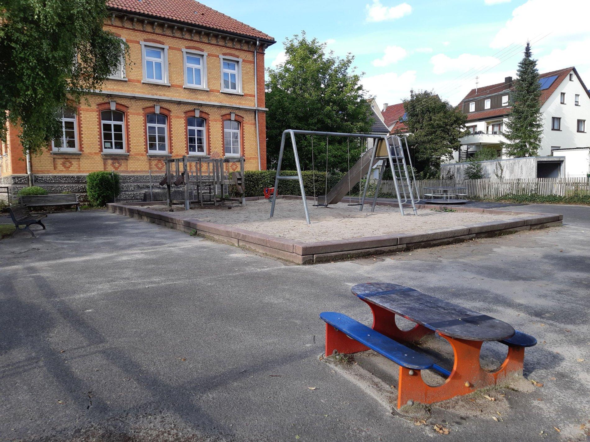 Spielplatz Alte Riedschule - Der Spielplatz wartet auf dich!