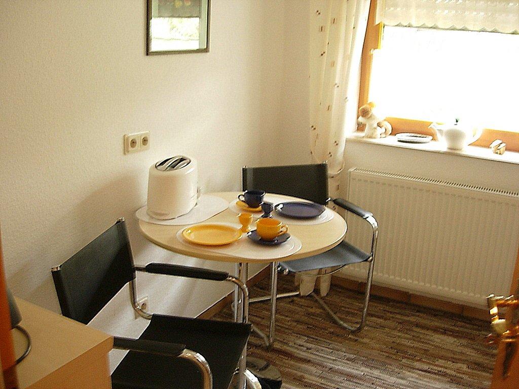 Essbereich mit Tisch, zwei Stühle und Toaster