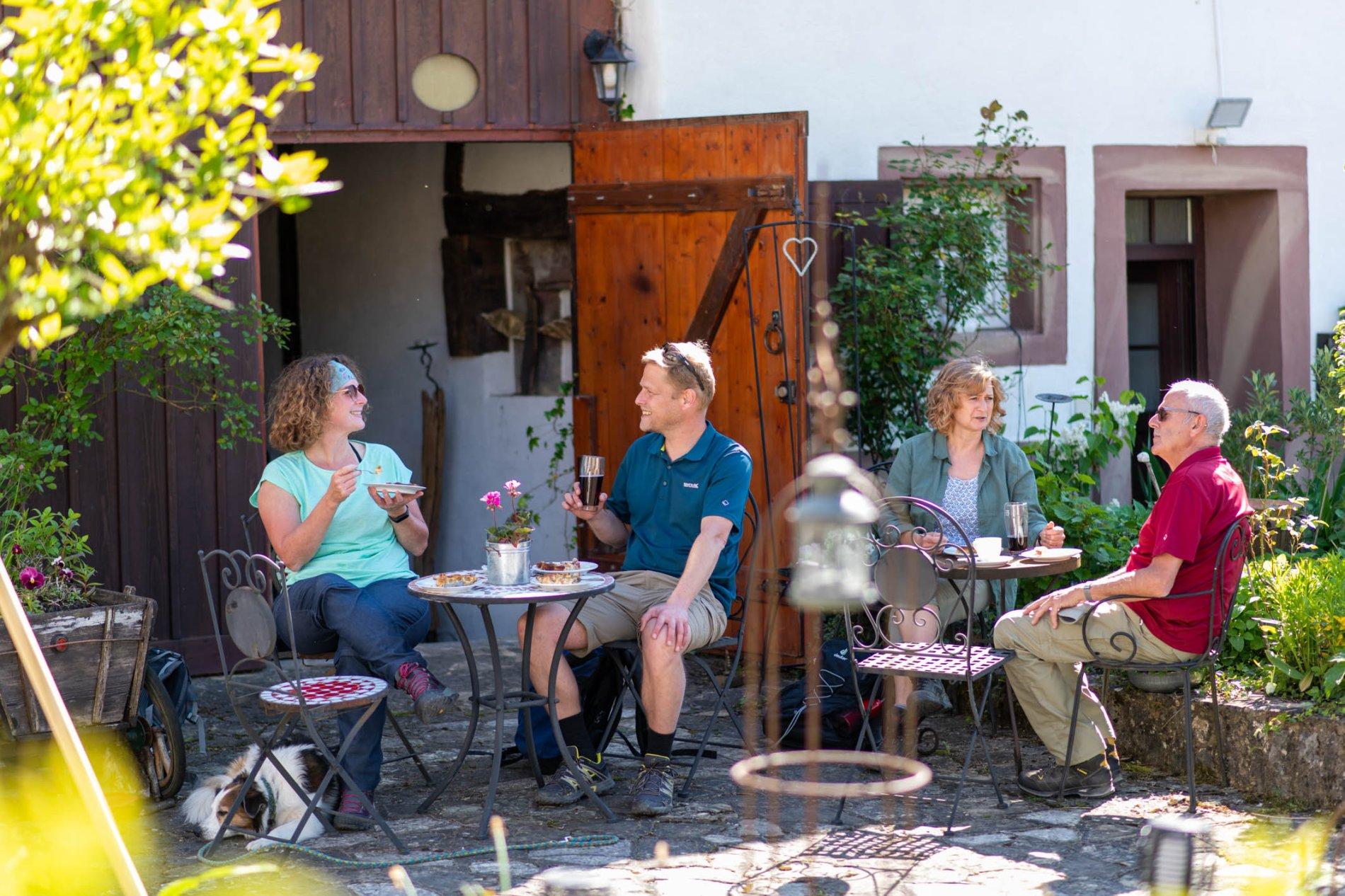 Wanderer auf der Außenterrasse des Cafés