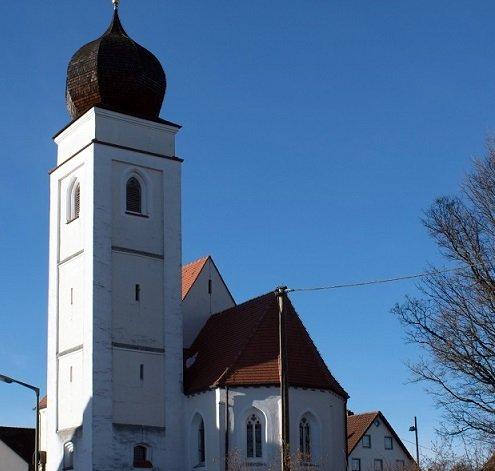Außenansicht und Ziebelturm der Filialkirche Hl. Dreifaltigkeit in Paunzhausen-Walterskirchenn