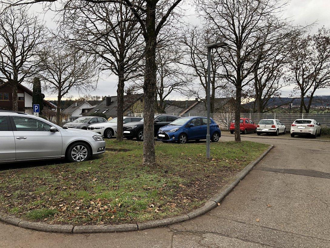 Zu Sehen ist ein Teil des Parkplatz der Carl-Benz-Schule und der Carl-Benz-Halle Pfaffenrot