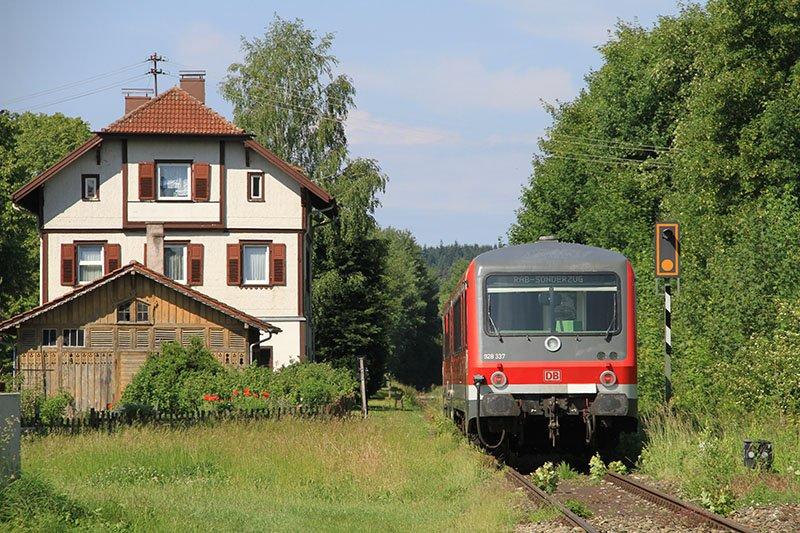 Idyll im Grünen - der Bahnhof von Burgweiler