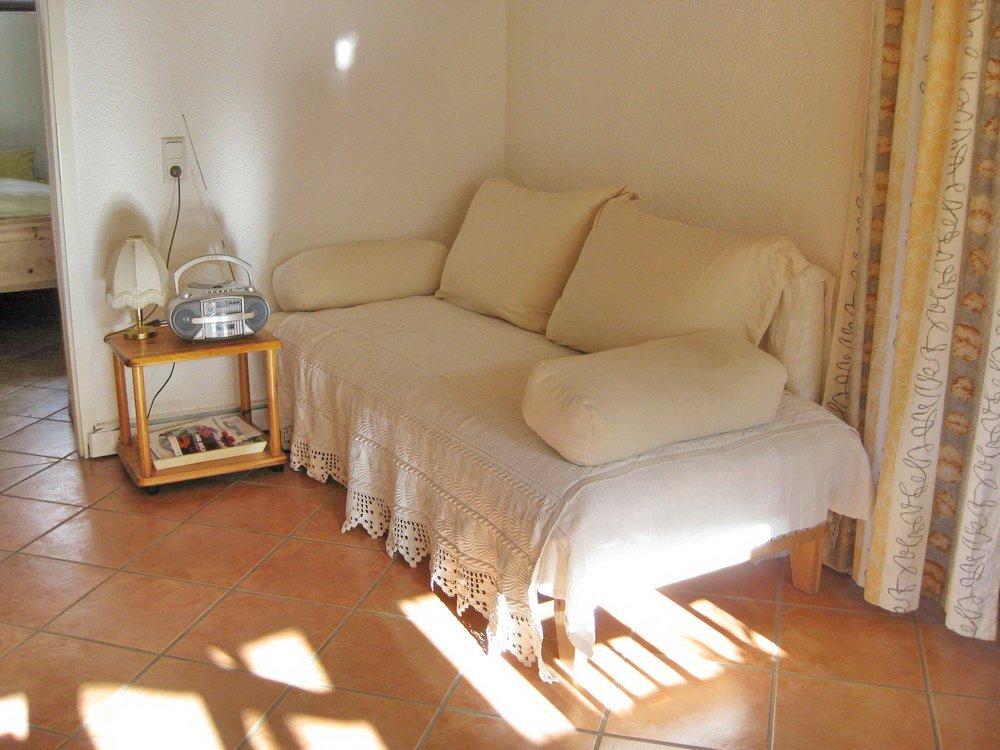 Weiße Couch mit Tisch
