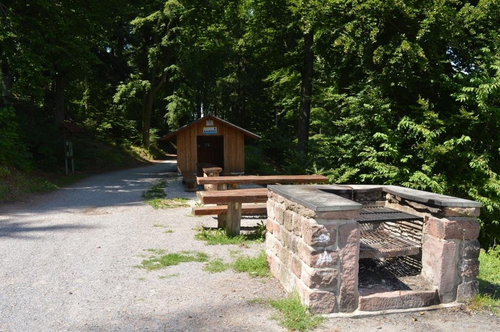 Die neue Spitzhütte mit Grillplatz.