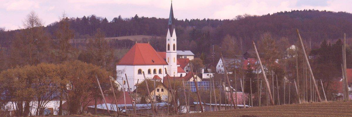 Blick auf den Kirchtrum von Aiglsbach