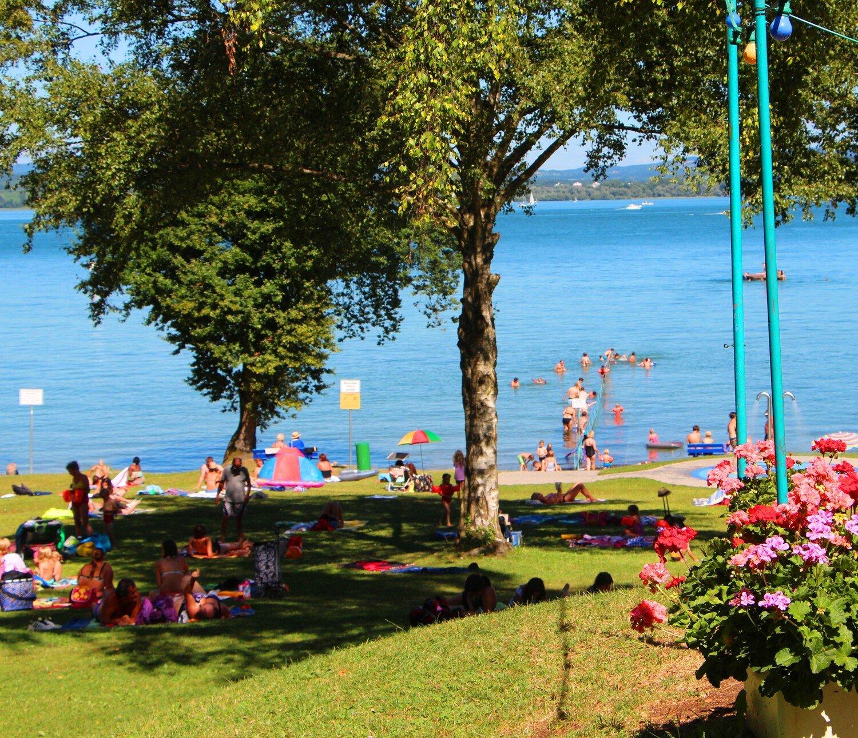 Genügend Schatten- und Liegeplätze am Strandbad Litzelstetten