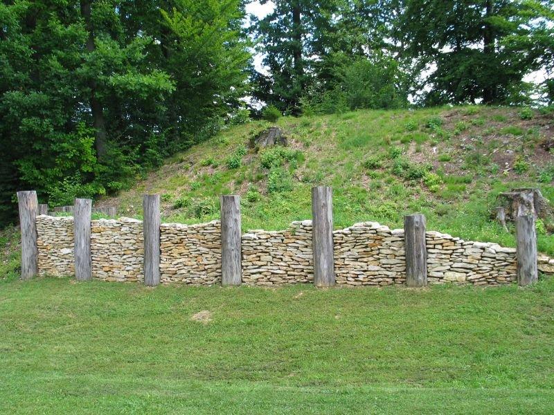 frühkeltische Mauerrekonstruktion auf dem Michelsberg in Kelheim
