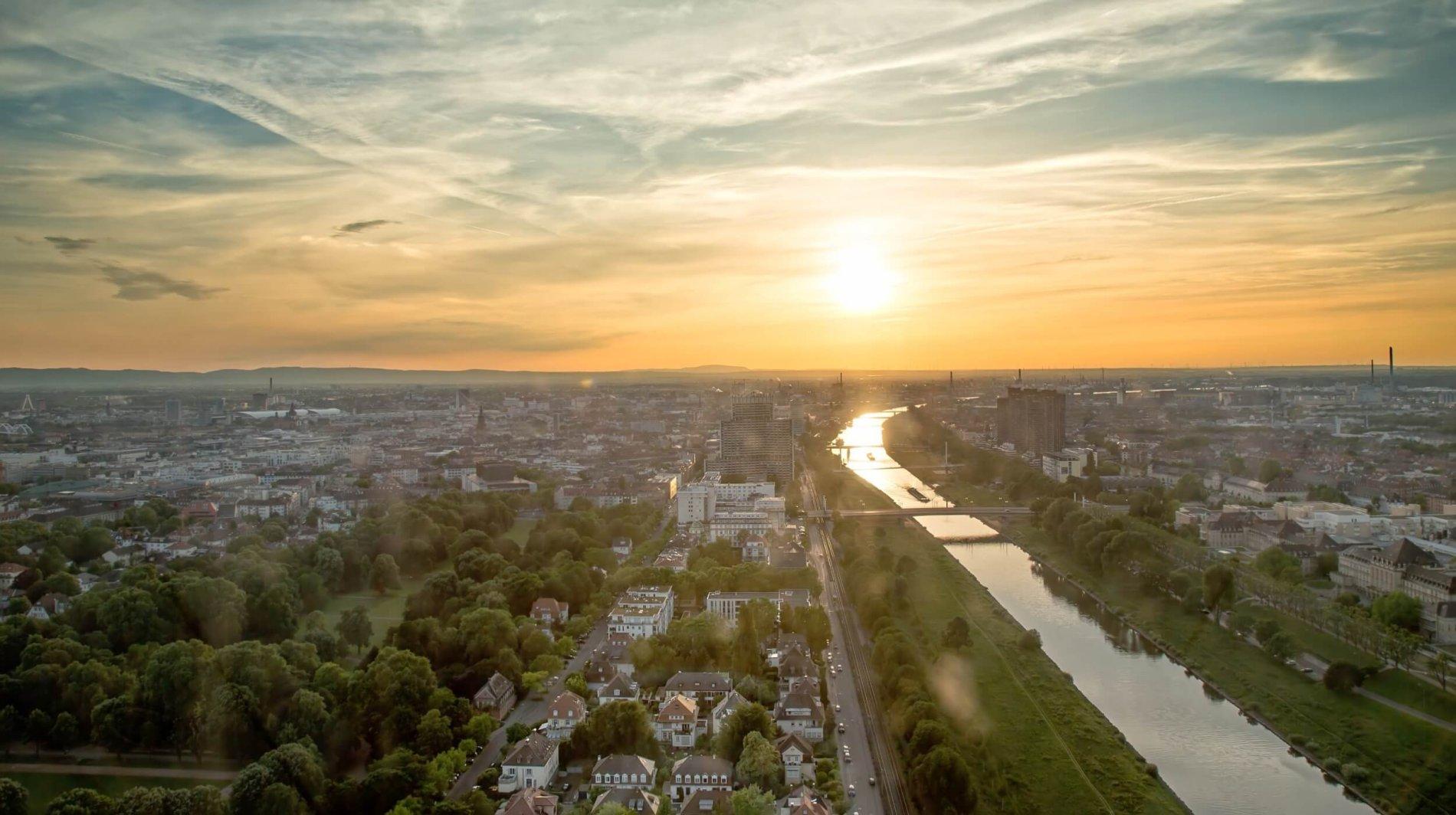 Blick auf Mannheim entlang des Neckars