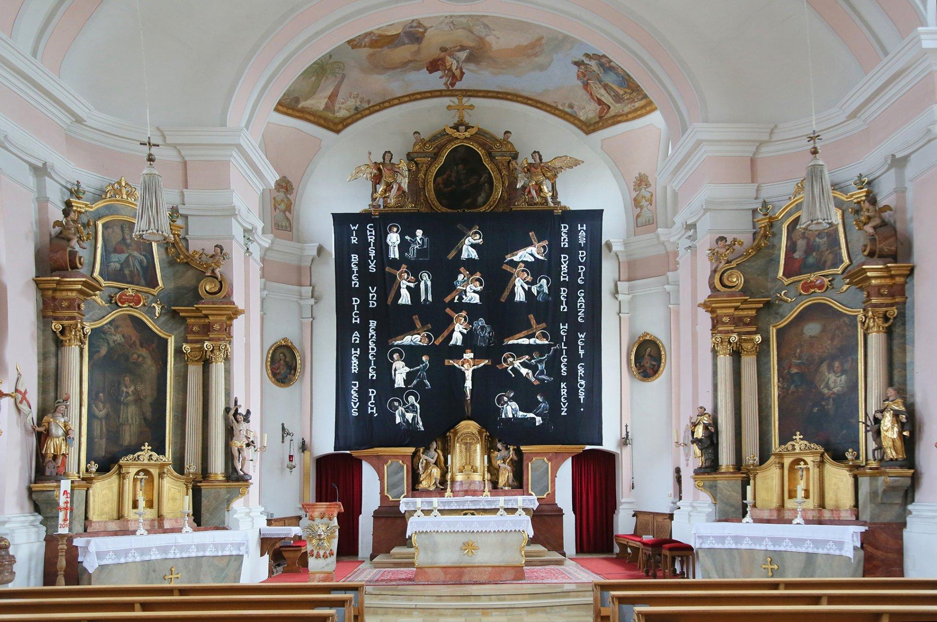 Blick auf den Altar im Inneren der St. Joseph-Kirche in Allershausen
